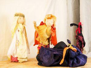 Marionettentheater: der Held besiegt den Drachen