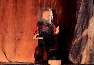 Der Schmied: Marionette am Schmiedeamboß