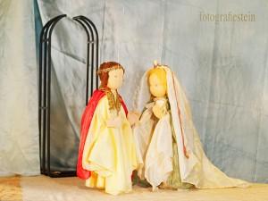 Verkleidet geben sich die Liebenden das Ja-Wort in der Kirche....