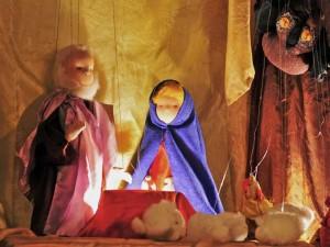 Weihnachtslegende: Die sprechenden Tiere - Schafe und Eule, Marionetten an der Krippe