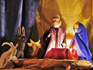 Weihnachtslegende: Die sprechenden Tiere - Ziege, Esel und Kuh, Marionetten an der Krippe